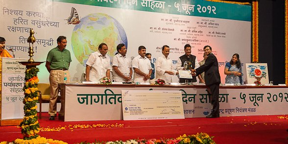 Sabyasachi receiving award from Maharashtra CM